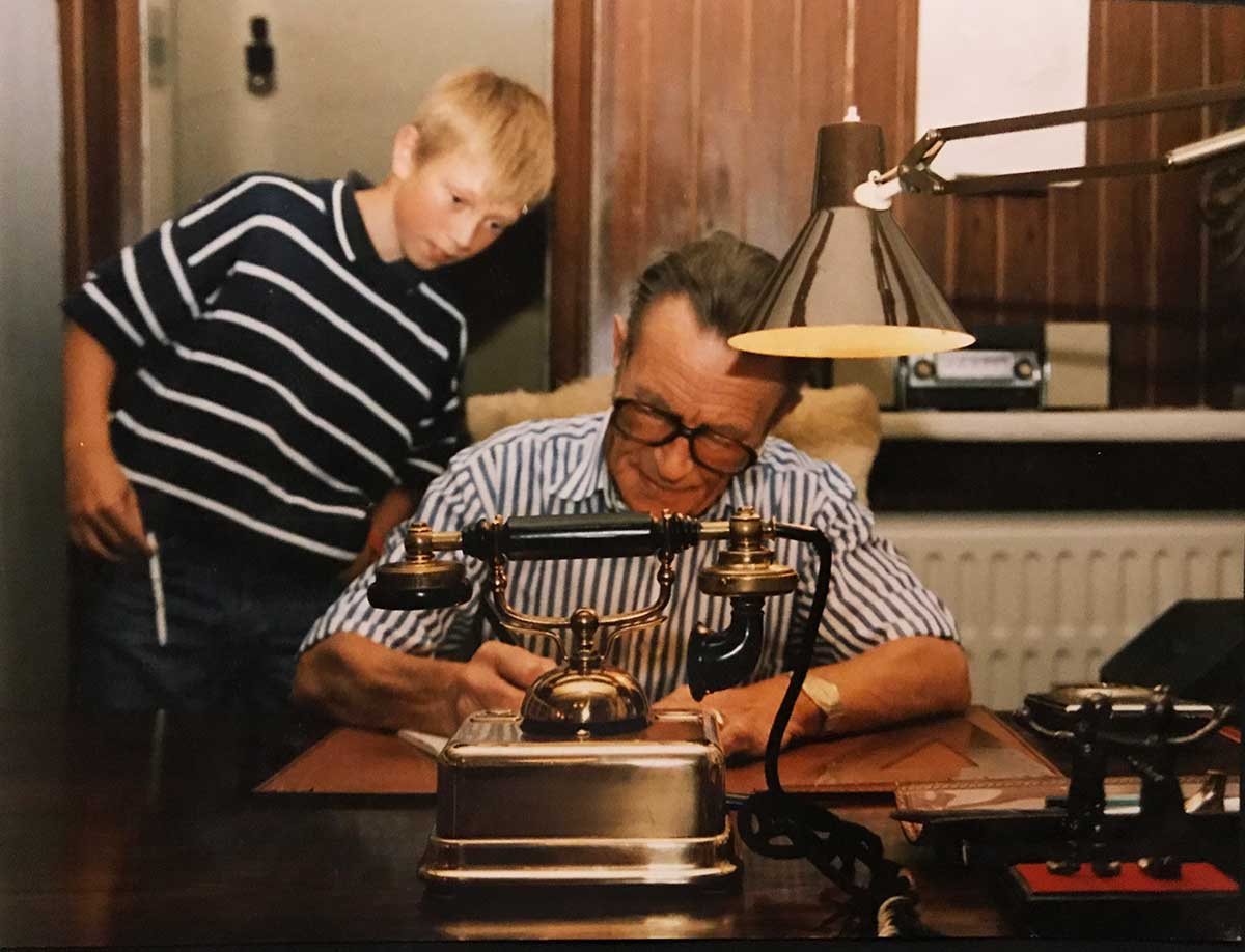 Willy Vandersteen aan het werk onder toeziend oog van een fan